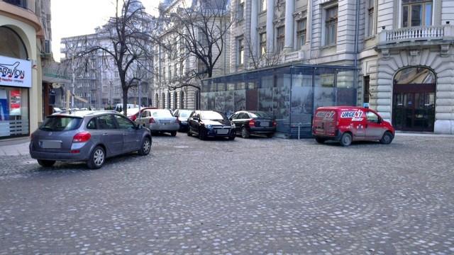 Mașini parcate în Piața Universității